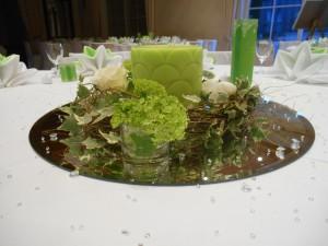 Blumendekoration in grün-weiß