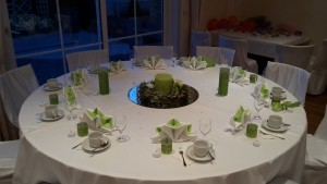 Hochzeitsdekoration in grün-weiß