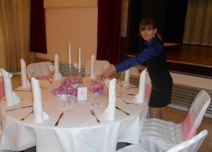 Hochzeitsplanerin bei Dekoration