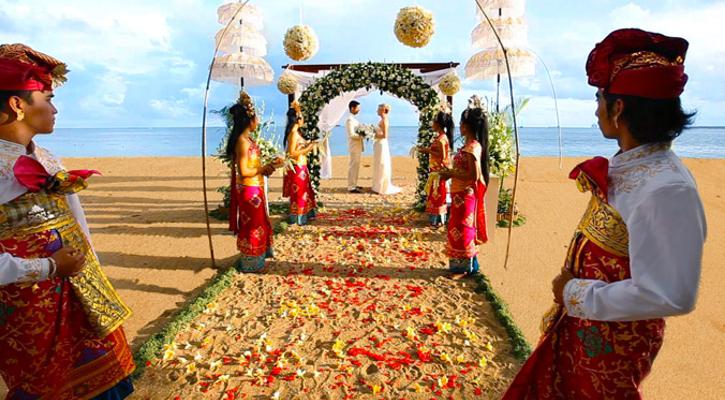 BA_Hochzeitsplaner_Muenchen_Hochzeit_Bali_Brautpaar_traditionell