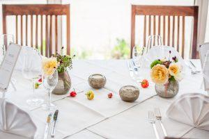 Verspielte Tischdekoration in Gold und Gelbtönen