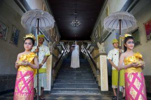 Balinesische Mädchen begleiten die Braut