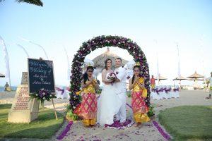 Hochzeit am Sandstrand in Violett mit Rosenbogen